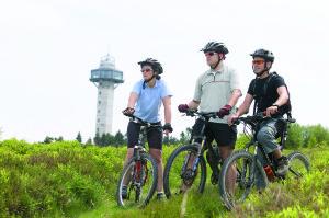 Mountainbiker_vor_Turm